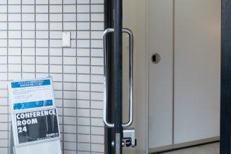 ①教室入口ドア開放による強制換気